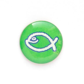 Значок на цанге - Белая юмористическая  рыбка на зеленом фоне