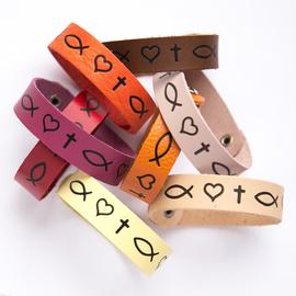 """Браслет """"Рыбка, сердце, крест"""" из натуральной кожи (разные цвета)"""